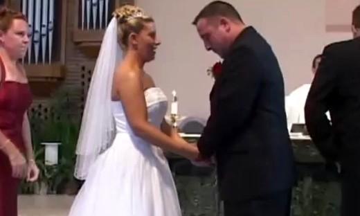 婚礼上伴郎的裤子掉了以后,新郎笑得根本停不下来