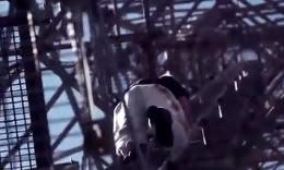 极限臂力狂男无线电塔顶风中倒立