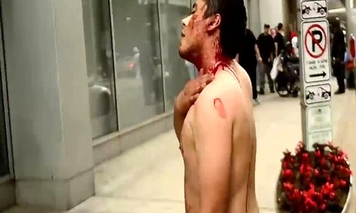 实拍:美国唐人街华裔男子与黑人持铁钩野蛮互殴