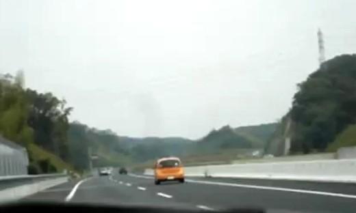 在日本开车如果你让别人先过,大多数司机会闪两下灯表示感谢