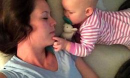 有位妈妈控诉只要她宝宝醒着她就永远睡不了觉